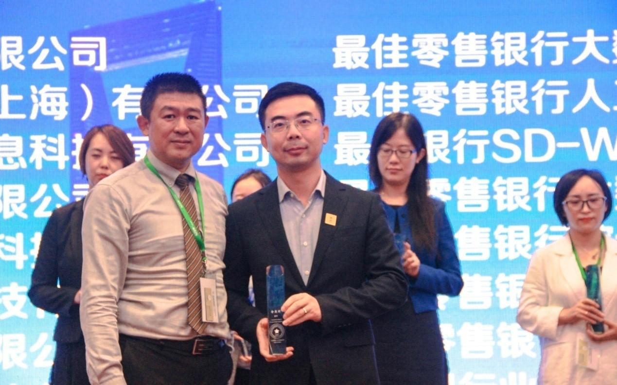 王崎(右)和上海浦东国际金融学会副秘书长李振震(左)